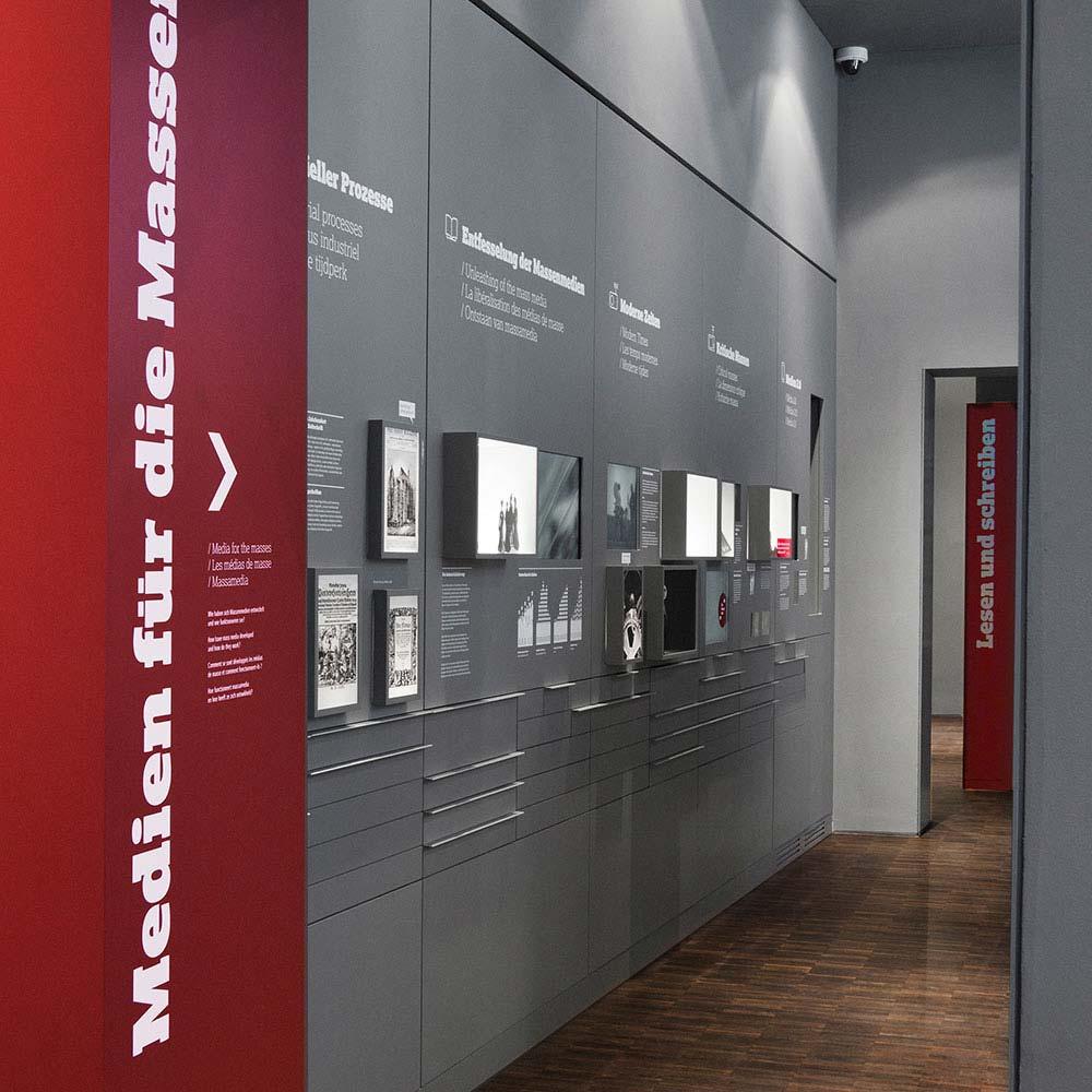 https://www.hennicken.de/wp-content/uploads/2019/03/ausstellungs-messegrafik-internationales-zeitungsmuseum-03.jpg