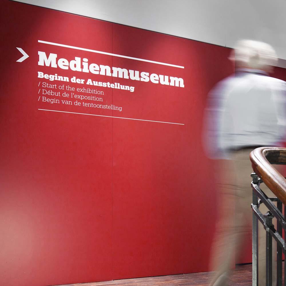 https://www.hennicken.de/wp-content/uploads/2019/03/fahrzeug-folienbeklebung-internationales-zeitungsmuseum-03.jpg