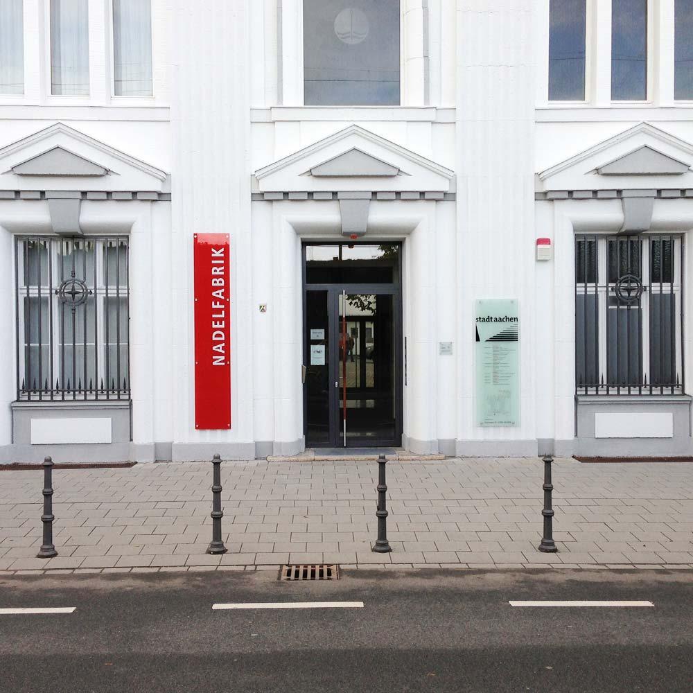 https://www.hennicken.de/wp-content/uploads/2019/03/leitsysteme-wegweiser-stadt-aachen-nadelfabrik-01.jpg