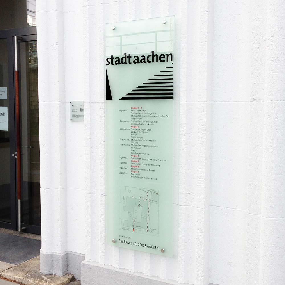 https://www.hennicken.de/wp-content/uploads/2019/03/leitsysteme-wegweiser-stadt-aachen-nadelfabrik-02.jpg